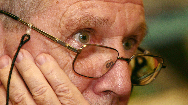 El escritos Amos OZ durante un encuentro de escritores en el PEN de Moscú el 6 de septiembre de 2006