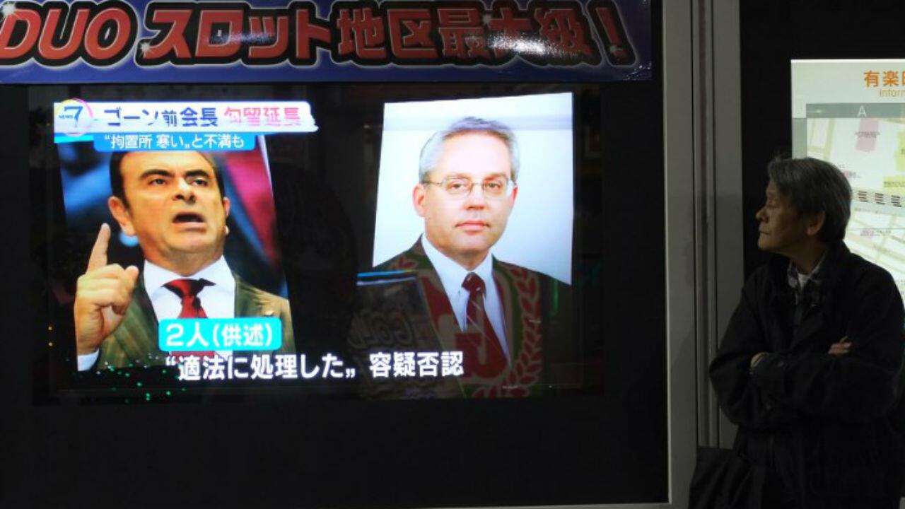 À Tokyo, une chaîne de télévision diffuse des portraits de l'ex-patron de Nissan Carlos Ghosn et de son bras droit Greg Kelly le 30 novembre 2018.