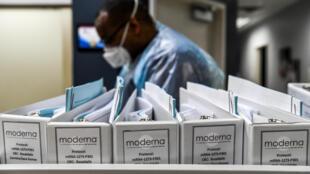 Documentos de Moderna en los Research Centers of America (centros de investigación de EEUU), en Hollywood, Florida, el 13 de agosto de 2020