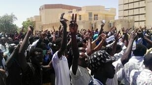Manifestantes sudaneses están reunidos frente a la sede del Ejército del país, en la capital Jartum, el 7 de abril de 2019.