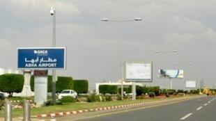لوحة تشير إلى مطار أبها في جنوب شرق المملكة السعودية الذي استهدف بهجوم من الحوثيين اليمنيين في 12 يونيو/تموز 2019