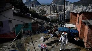 Désinfection d'un toit dans une favela de Rio de Janeiro le 1er août 2020