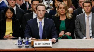 مؤسس فيس بوك مارك زوكربرغ في جلسة استماع بالكونغرس الأمريكي، في 10 نيسان/أبريل 2018.