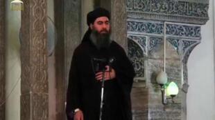 Abu Bakr al-Baghdadi pronuncia un discurso en la Gran Mezquita al-Nuri en junio de 2014.