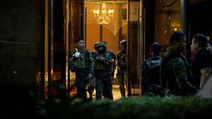 Des agents des forces de l'ordre postés devant l'entrée du casino de Manille où l'attaque s'est produite.