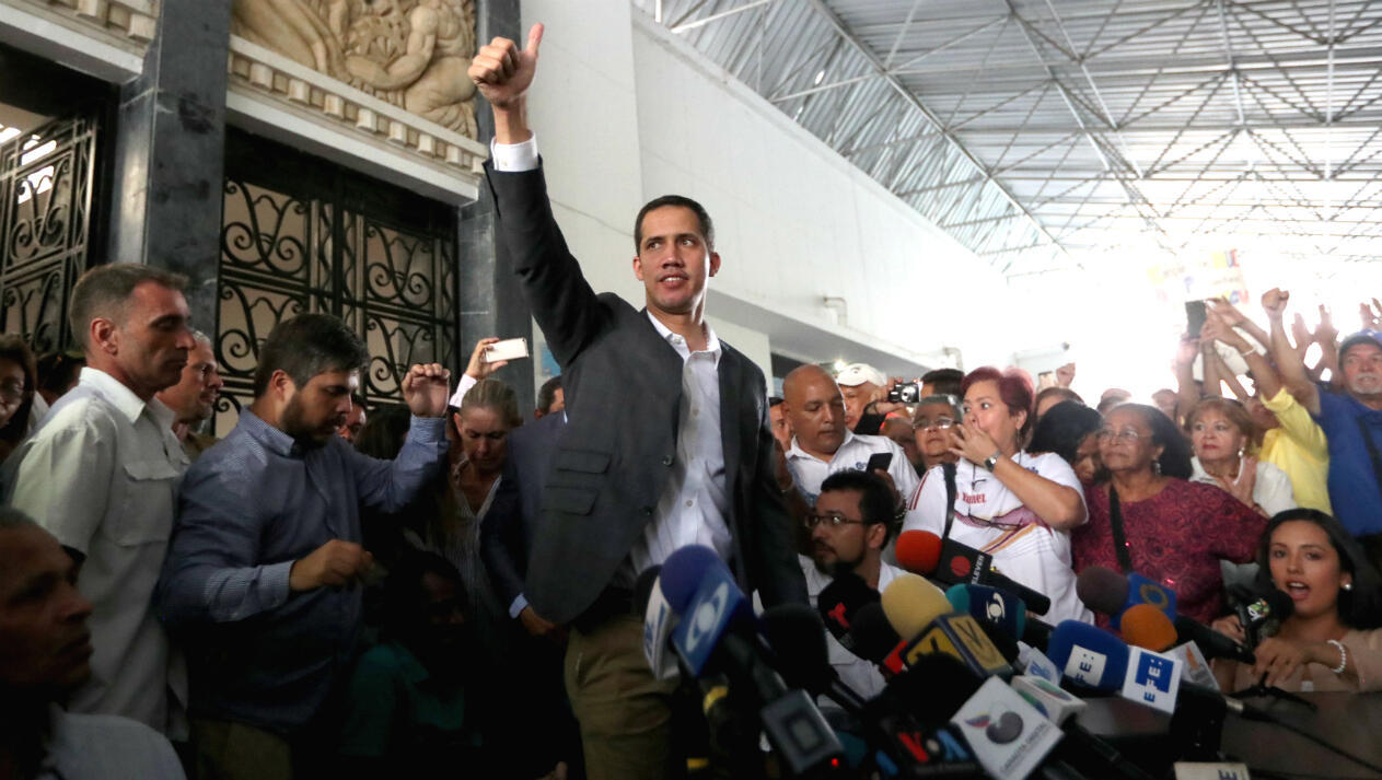 El líder opositor, Juan Guaido, saluda a sus simpatizantes después de una reunión con funcionarios públicos en Caracas, Venezuela, 5 de marzo de 2019.