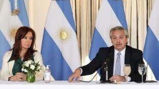 Le président argentin Alberto Fernandez et la vice-présidente Cristina Kirchner lors d'une conférence à Buenos Aires, le 16 avril 2020