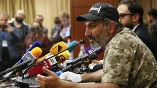 Nikol Pashinian en la reuda de prensa con una nutrida presencia de periodistas extranjeros en la que respondió preguntas en armenio, ruso e inglés