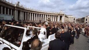 البابا يوحنا بولس الثاني خلال تعرضه لعملية إطلاق نار عام 1981