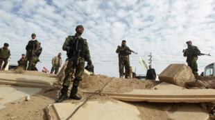 Des combattants volontaires chiites en faction dans la province d'Anbar.