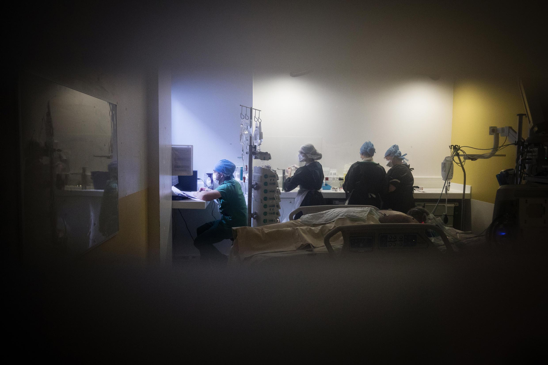 أطباء في مستشفى في باريس يعملون في قسم العناية المركزة الخاص بفيروس كورونا