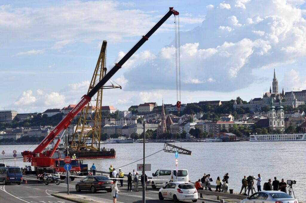 Parte del despliegue de equipos utilizados para las labores de acercamiento al barco que naufragó en el río Danubio el 31 de mayo de 2019.