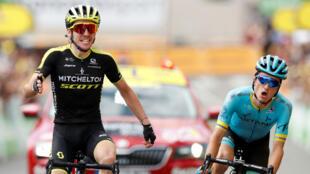 Simon Yates (izquierda) celebra su primer triunfo de etapa en el Tour de Francia al lado el español Pello Bilbao el 18 de julio 2019