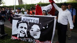 Los manifestantes contra el expresidente Alan García se congregan fuera de la residencia del embajador uruguayo en Perú, donde el expresidente está buscando asilo, de acuerdo con el gobierno peruano, en Lima, Perú, el 18 de noviembre de 2018.