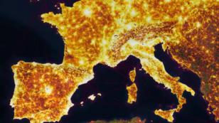 """Les zones éclairées représentent l'actiivté des utilisateurs du réseau social pour """"athlètes"""" Strava."""
