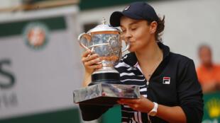 La australiana Ashleigh Barty celebra su trofeo, tras ganar la final contra Marketa Vondrousova de República Checa, en Roland Garros, París, Francia, el 8 de junio de 2019.