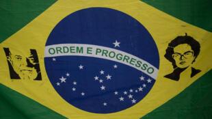 Un drapeau brésilien à l'effigie de Dilma Rousseff et de l'ex-président Lula, lors d'une manifestation à Rio, le 16 mai 2016.
