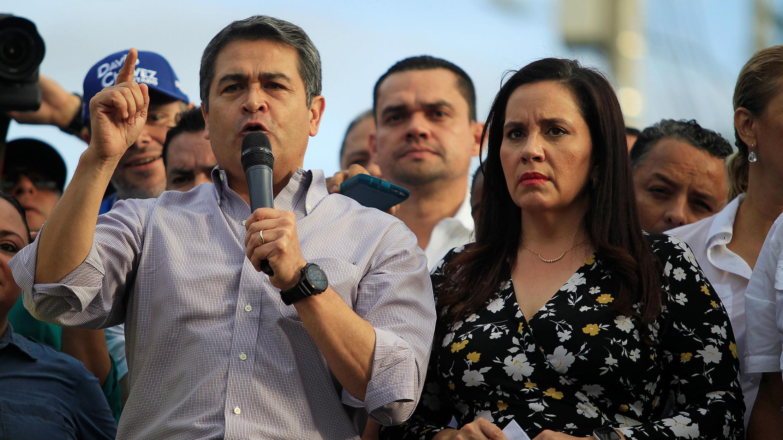 El presidente Juan Orlando Hernández habla junto a su esposa frente a una multitud en Tegucigalpa, Honduras, el 6 de agosto de 2019.