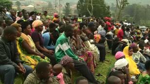 Une rencontre organisée entre un sénateur et des habitants de Gitenga, au Rwanda, pour expliquer la réforme de la Constitution qui doit être validée par référendum, le 15 décembre 2015.