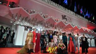 Una delegación de la película Team Hurricane de Annika Bergat, posa en la alfombra roja como parte de la Semana Internacional de Críticos de Cine de Venecia en la versión 74 del Festival, el 5 de septiembre de 2017 en Venecia, Italia.
