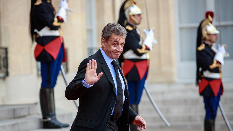 El expresidente Nicolas Sarkozy abandona el Palacio del Elíseo después de un almuerzo para los líderes y jefes de estado visitantes, luego de un memorial para el presidente francés Jacques Chirac, en París, Francia, el 30 de septiembre de 2019.
