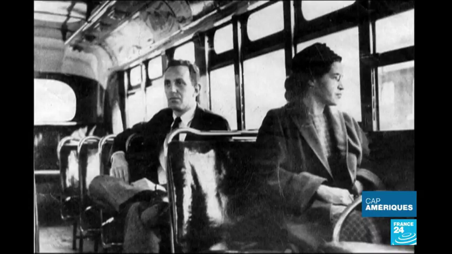 Rosa Parks, en 1955, figure emblématique de la lutte contre la ségrégation raciale aux États-Unis.