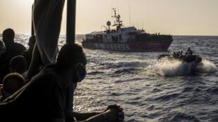 مهاجرون أنقذتهم سي ووتش 4 في المياه الدولية قبالة ليبيا في 29 آب/أغسطس 2020