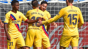 لاعبو برشلونة يحتفلون بهدف الارجنتيني ليونيل ميسي (الثاني من اليمين) في شباك المضيف ألافيس خلال لقاء الفريقين في الدوري الإسباني لكرة القدم، فيتوريا في 19 تموز/يوليو 2020