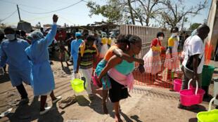 Una mujer es llevada fuera de un centro de salud en la ciudad de Beira, Mozambique, el 26 de marzo de 2019.