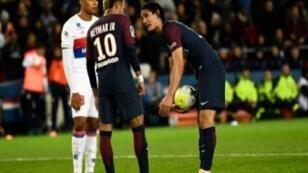 جدل بين الأوروغوياني إدينسون كافاني (يمين) والبرازيلي نيمار (يسار) بشأن تنفيذ ركلة جزاء خلال المباراة ضد ليون الأحد 17 أيلول/سبتمبر 2017