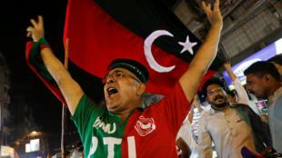 Los partidarios del PTI celebran los resultados no oficiales de las elecciones generales en Pakistán que dan la victoria al líder de ese partido, Imran Khan, en Karachi, Pakistán, el 25 de julio de 2018.