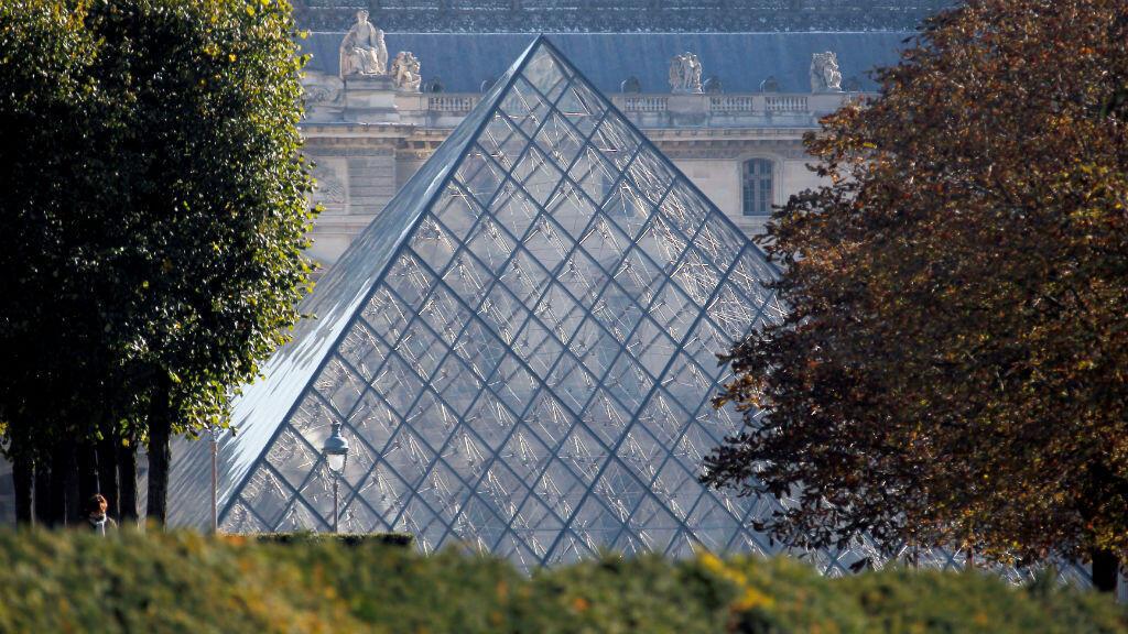 Una panorámica de la pirámide de vidrio del Museo de Louvre, en París, Francia, el 21 de octubre de 2011.