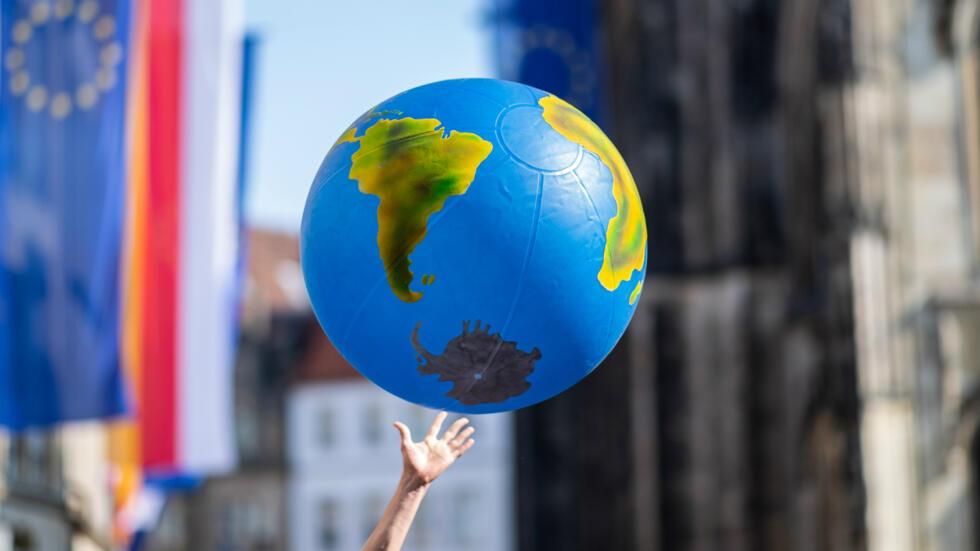 Un manifestante sostiene un globo terráqueo en la marcha contra el cambio climático en Berlín, Alemania, el 24 de mayo.