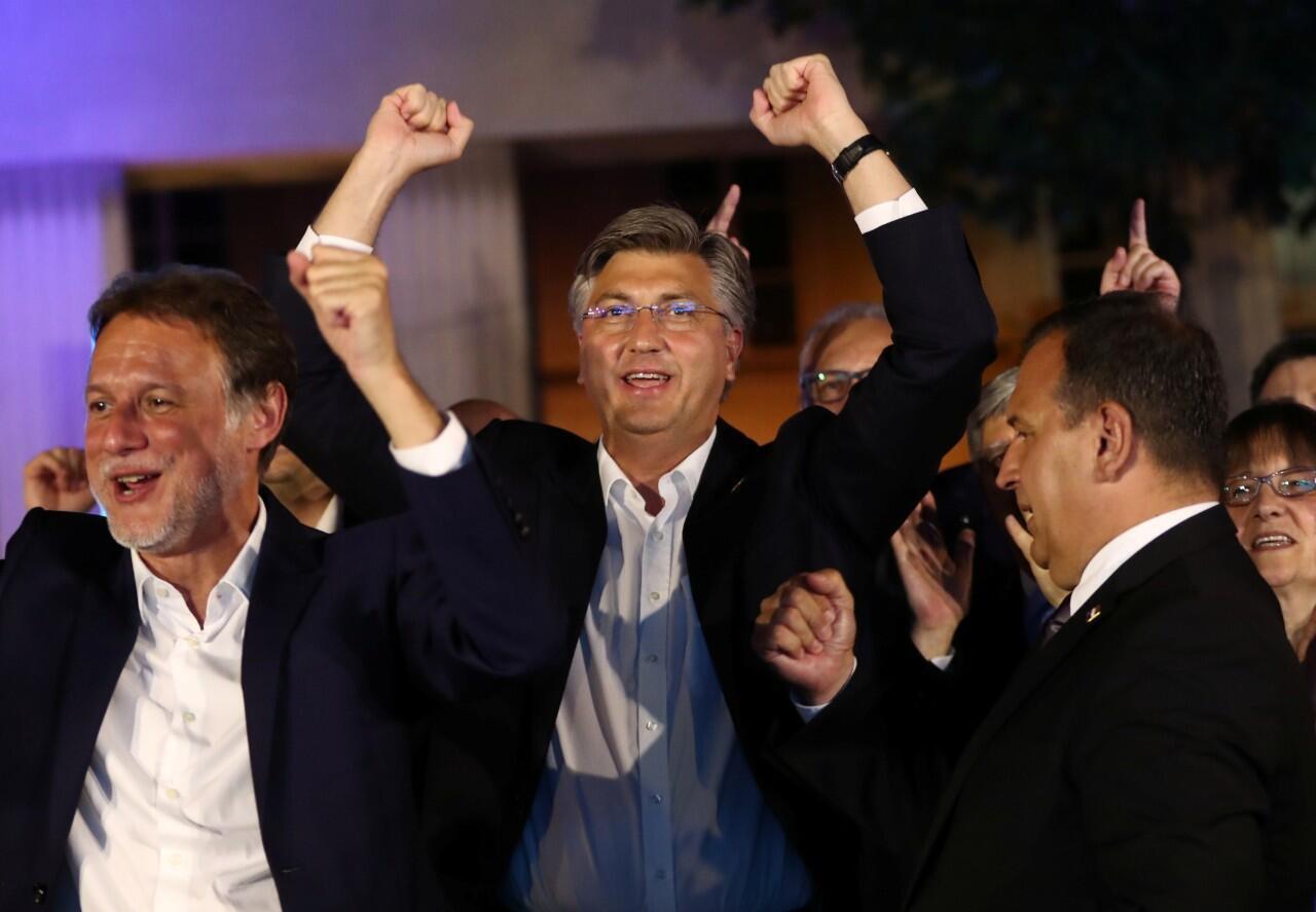El primer ministro croata, Andrej Plenkovic, celebra la victoria de su partido, Unión Democrática Croata (HDZ) en las elecciones parlamentarias, en Zagreb, Croacia. 5 de julio de 2020.