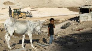 Une petite fille avec son âne, près du village bédouin de Khan al-Ahmar.