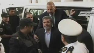 Mohamed Morsi arrive à son procès ce lundi