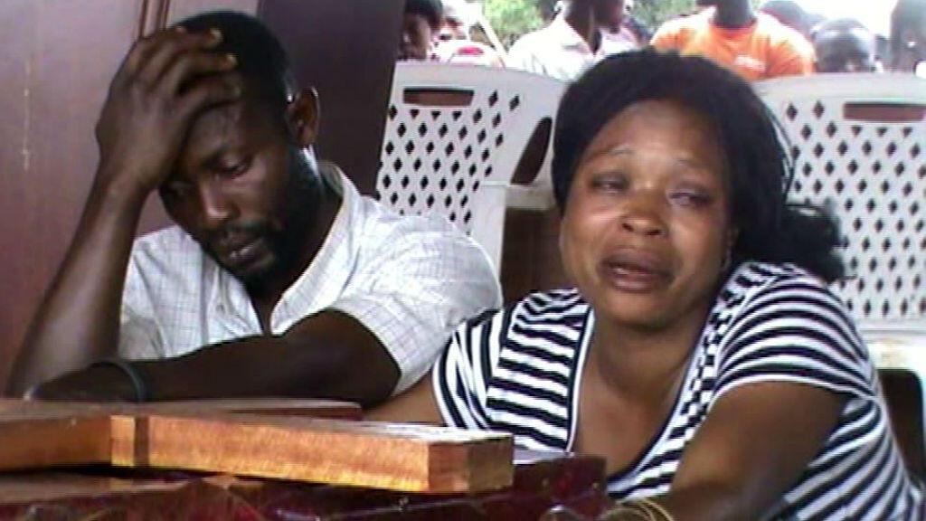 Des habitants de Béni pleurent leurs proches assassinés par des rebelles ougandais.