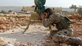Un miembro de las fuerzas rebeldes sirias respaldado por Turquía cerca de Qilah en la región de Afrin el 22 de enero de 2018.