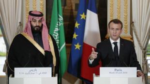 ولي العهد السعودي محمد بن سلمان مع ماكرون في باريس، في 10 نيسان/أبريل 2018.