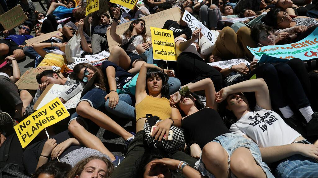 Las protestas se extendieron por todo el continente europeo. En España, varios jóvenes se tumbaron en el suelo como parte de un acto performativo en Madrid.
