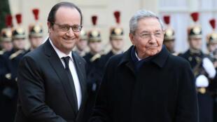 François Hollande et Raul Castro sur le perron de l'Elysée, le 1er février 2016.