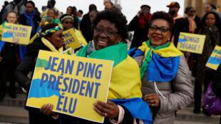 Partisans de l'opposant gabonais Jean Ping lors d'une manifestation de soutien à Paris, le 25 février 2017.