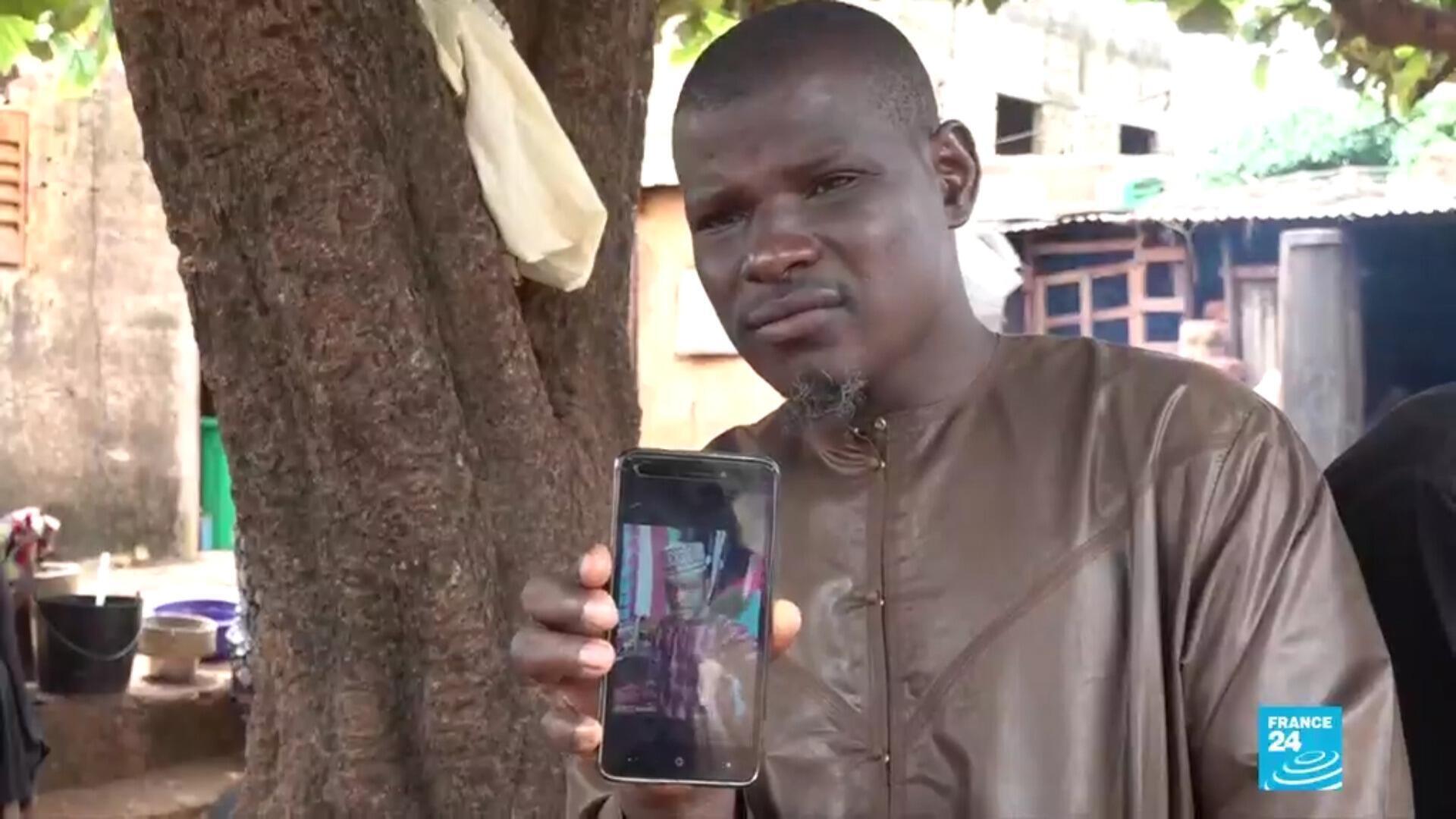 Le frère endeuillé d'une victime âgée de 25 ans, tuée d'une balle dans la tête lors d'une manifestation à Bamako, le 11 juillet 2020.