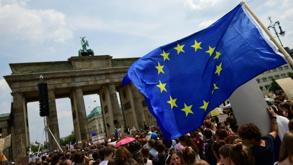 La lucha contra el cambio climático cobra especial importancia en la víspera de las elecciones europeas. La Unión Europea ostenta amplias competencias medioambientales, como recordó un manifestante en Berlín, Alemania, al ondear la bandera comunitaria.