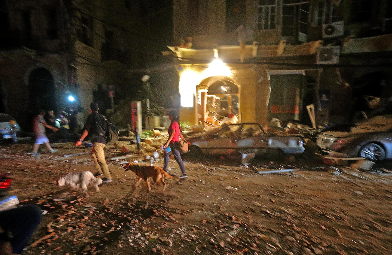 Residentes de Beirut recorren un barrio céntrico devastado por la explosión del puerto el 4 de agosto de 2020.