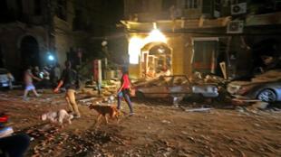 Residentes de Beirut recorren un barrio céntrico devastado por la explosión del puerto el 4 de agosto de 2020