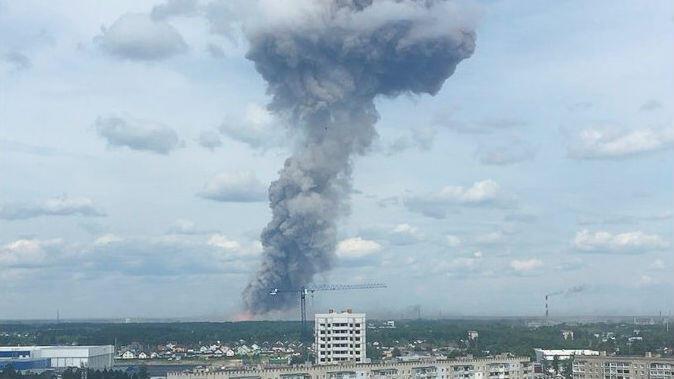 Imagen tomada de un video en el que se observa el humo causado por la explosión en una fábrica de explosivos en Dzerzhinsk, Rusia, el 1 de junio de 2019.