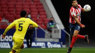 L'attaquant uruguayen de l'Atlético de Madrid, Luis Suarez (d), lors du match de Liga face à Villarreal, à Madrid, le 3 octobre 2020