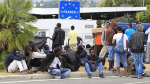 À la frontière franco-italienne, des dizaines de migrants espèrent entrer sur le territoire français.