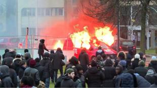 Un véhicule de RTL a été incendié en marge de la manifestation de soutien à Théo.